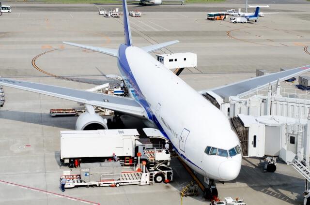 貨物を積んでいる航空機
