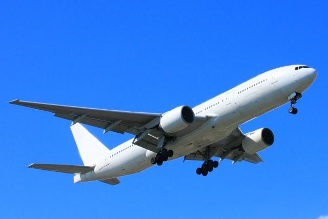 空を飛んでいる航空機