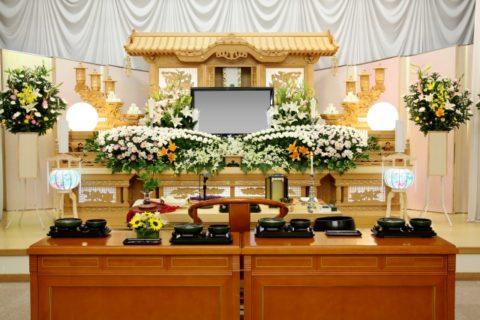 菊を主体とした和風の生花祭壇祭壇