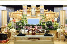 菊を主体とした仏教式の生花祭壇。
