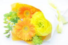 火葬場の礼拝堂に飾る花束。