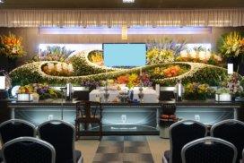 大きな生花祭壇とデジタル遺影モニター