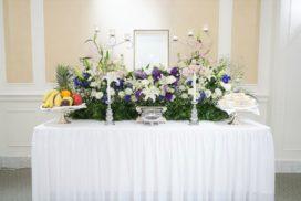 1.5メートル幅の家族葬生花祭壇と、遺影写真。