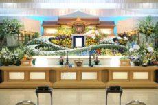 5.5メートル幅の仏教式葬儀の生花祭壇と、遺影写真。