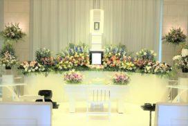 3メートル幅の家族葬生花祭壇と遺影写真