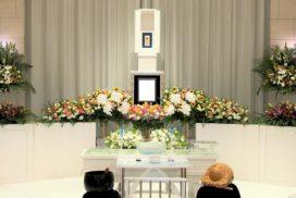 2.5メートル幅の家族葬生花祭壇と、遺影写真