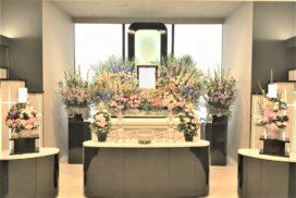 洋花を主体とした生花祭壇。
