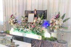 洋花主体の生花祭壇