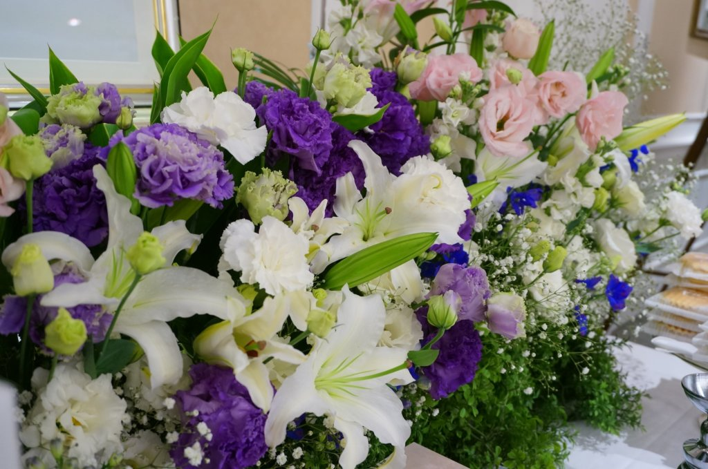 カサブランカとトルコキキョウの生花祭壇