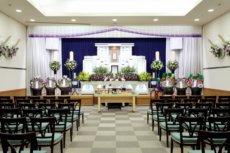 50席ほど椅子の並んでいる家族葬ホール
