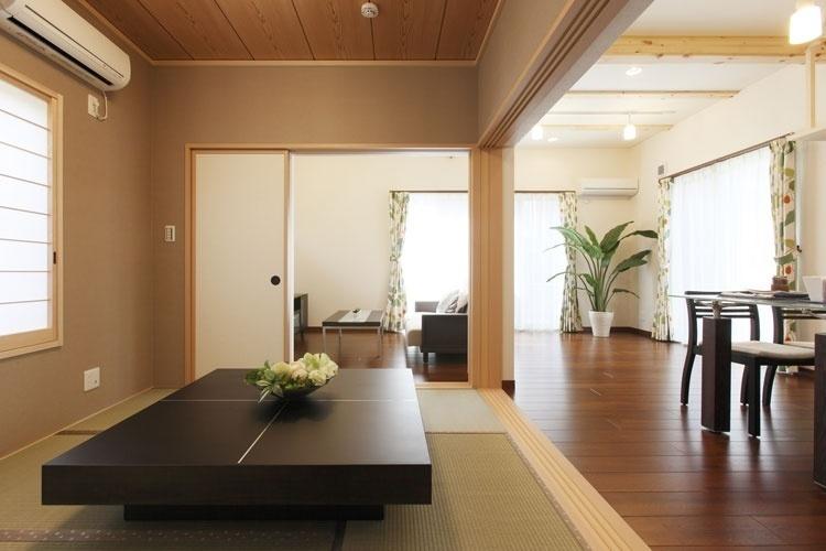 和室とリビングが一体となっている日本家屋の室内。