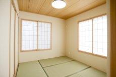 遺体を安置する小さな和室。