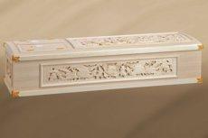 側面すべてに彫刻が貼られた桐の棺