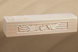 彫刻入りの桐製の棺
