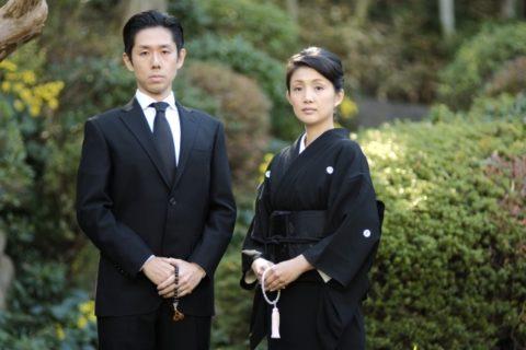 日本着物の喪服姿の女性と礼服姿の男性。