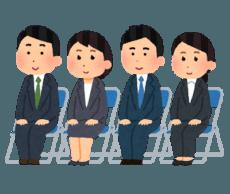 入社式で椅子に座っている新成人たち