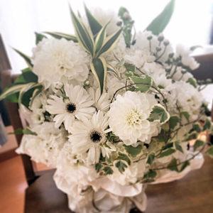 白い花を主体としたフラワーアレンジメント