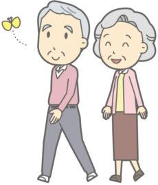 微笑みながら散歩をしている老夫婦