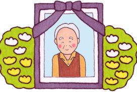 微笑んでいる老人の遺影写真と祭壇