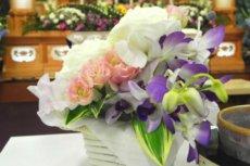 故人の枕元に飾る供花