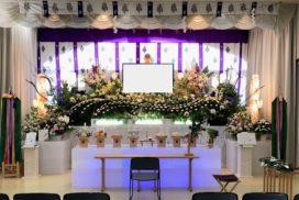 神社神道式の生花祭壇とデジタル遺影写真
