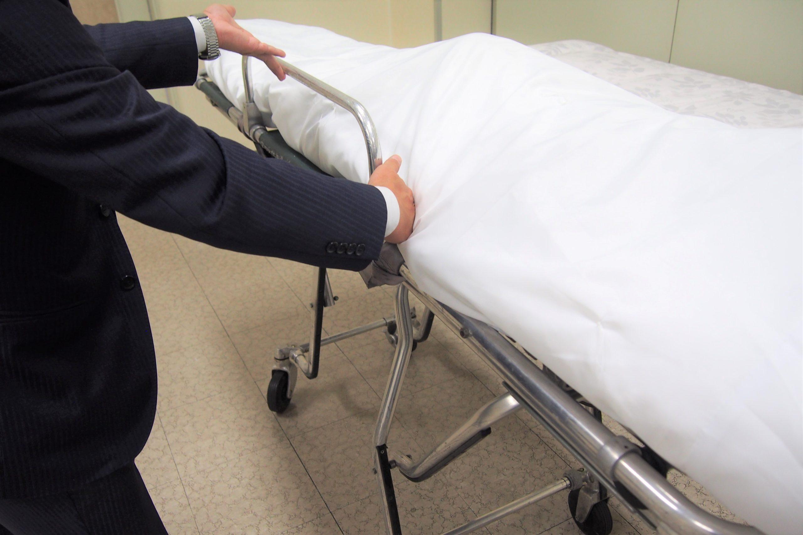 遺体をストレッチャーに安置している一級葬祭ディレクター