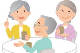 二人の女性と一人の男性がお茶を飲みながらおしゃべりをしている