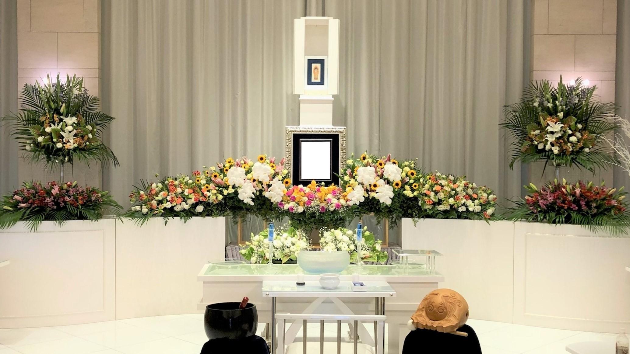 胡蝶蘭をアクセントにした華やかな家族葬祭壇