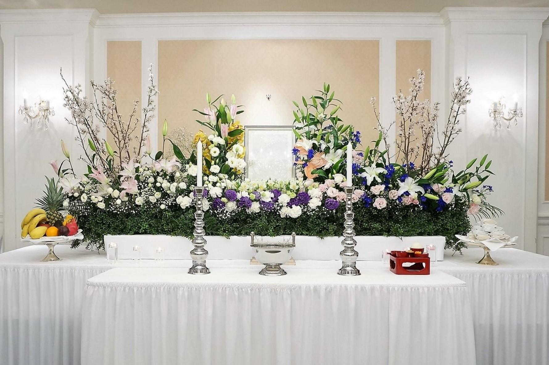 2メートル幅の家族葬生花祭壇と、遺影写真。