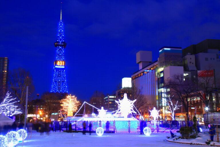 札幌市のシンボルのテレビ塔と隣接公園のホワイトイルミネーション。