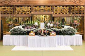 仏教寺院で飾った、家族葬の生花祭壇。