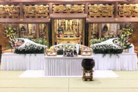 仏教寺院で飾った家族葬の生花祭壇。