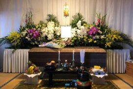 白い胡蝶蘭をアクセントになっている、幅240㎝の生花祭壇。
