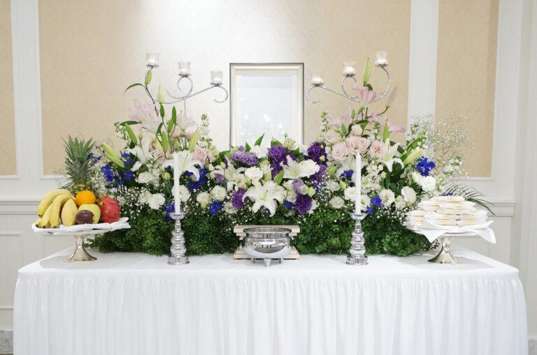 白い花を主体とした生花祭壇。