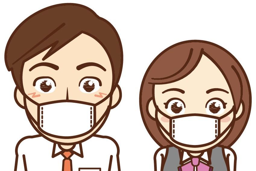 Surgical face maskを付けている二人の男女スタッフ。